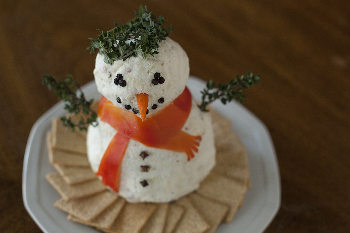 This cute Christmas cheeseball snowman is a great appetizer or snack for your holiday party. | EatingRichly.com