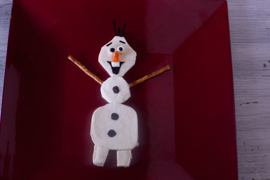 This cute cheese Olaf from Frozen is sure to delight your kids. Full tutorial!| EatingRichly.com