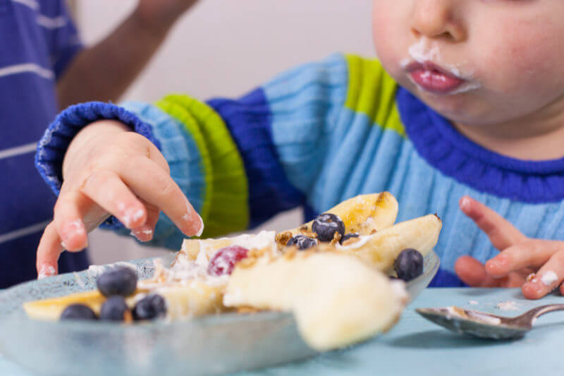 kids-eating-breakfast-banana-split-9492