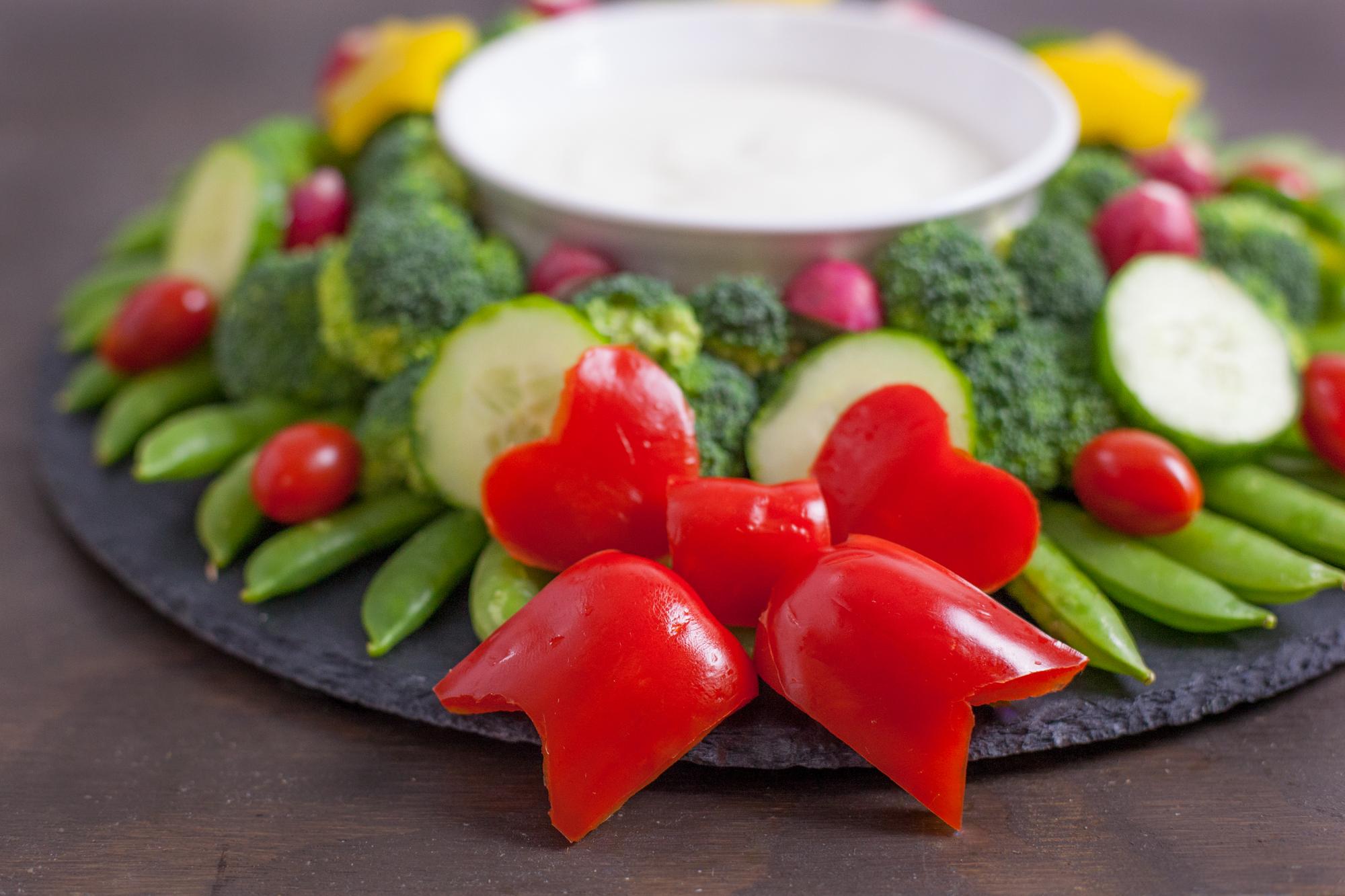 Christmas Finger Foods.Veggie Wreath Christmas Appetizer