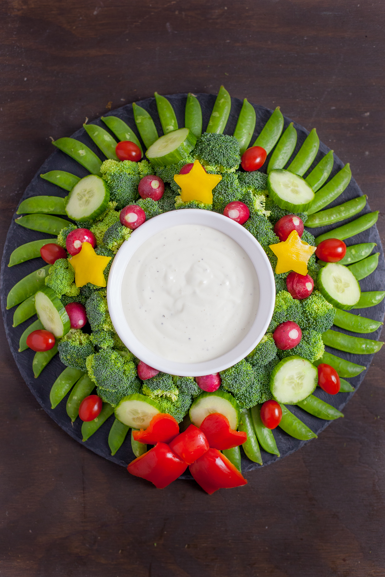 Christmas Veggie Tray.Veggie Wreath Christmas Appetizer